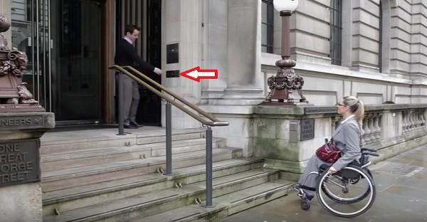Cette femme handicapée n'est pas capable de monter les marches. Voyez ce qui se passe quand cet homme pèse sur ce BOUTON!