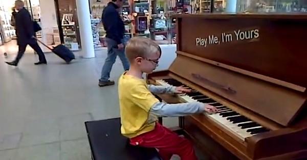 Ce petit n'a jamais suivi de cours de piano. Non, mais c'est VRAI?