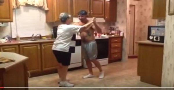 mere-qui-montre-a-danser-a-son-fils