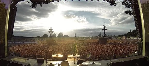 Dans un stade, 65 000 personnes se mettent à l'unisson pour chanter cette célèbre chanson de Queen. Intense !