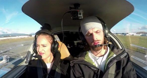 Dans l'avion, il annonce une panne de moteur à sa copine. La raison? Simplement magique !